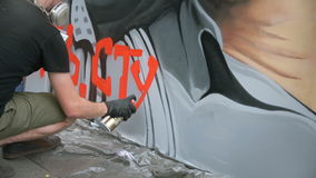 MOSKOU, RUSLAND, 18 JUNI, 2016: Straatkunstenaar Painting een Graffiti op de Muur stock video