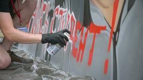 MOSKOU, RUSLAND, 18 JUNI, 2016: Straatkunstenaar Painting een Graffiti op de Muur stock footage