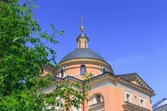 Moskou, Rusland - Juni 03, 2018: Tempel van Grote Martelaar Barbara op Varvarka-straat in Moskou op een blauwe hemelachtergrond t stock foto's