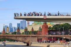 Moskou, Rusland - Juni 21, 2018: Toeristen op een Stijgende brug in Zaryadye-Park tegen Moskou het Kremlin in zonnige de zomeroch royalty-vrije stock fotografie