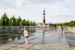 MOSKOU, RUSLAND - JUNI 14, 2016: zij bekijkt de dansende fontein in Muzeon-Park Stock Afbeeldingen