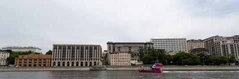 Moskou, Rusland kan 25, 2019, de dijk van de rivier van Moskou met mooie gebouwen, bewonderen de toeristen op plezierboten royalty-vrije stock foto's