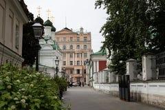Moskou Rusland kan 25, de Oude steeg van 2019 dichtbij de metro post Novokuznetsk in het centrum die de Kerk overzien stock fotografie