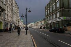 Moskou, Rusland kan 25, 2019, de oudste straat Pyatnitskaya van Moskou in het stadscentrum, mensen die op de stoep lopen stock foto