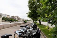 Moskou, Rusland kan 25, 2019, dijk van de rivier van Moskou met mooie gebouwen, voor toeristen zijn er fietsen voor het lopen stock fotografie