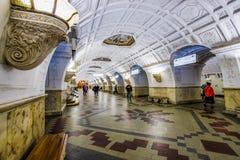 Moskou, Rusland 26 kan metro van Belorusskaya van 2019 post dichtbij Belorussky-station De mooie heldere hal is verfraaid stock afbeelding