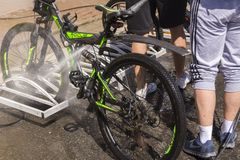 moskou Rusland 19 kunnen 2019 Het wassen van de fiets met een straal van waterclose-up royalty-vrije stock afbeelding