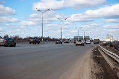 Moskou, Rusland - 25 Maart 2017: Auto's op de weg Royalty-vrije Stock Foto's