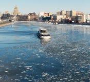 De vlotter van de boot op de rivier van Moskou Royalty-vrije Stock Afbeelding
