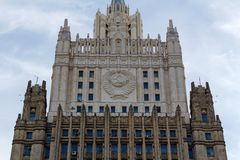 Moskou, Rusland - Maart 25, 2018: De bouw van het Ministerie van buitenlandse zaken van de Russische Federatie op een blauwe heme Royalty-vrije Stock Foto