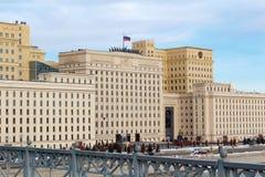 Moskou, Rusland - Maart 25, 2018: De bouw van het Ministerie van defensie van de Russische Federatie op een blauwe hemelachtergro Stock Afbeelding