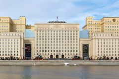 Moskou, Rusland - Maart 25, 2018: De bouw van het Ministerie van defensie van de Russische Federatie op een blauwe hemelachtergro Stock Fotografie