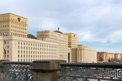 Moskou, Rusland - Maart 25, 2018: De bouw van het Ministerie van defensie van de Russische Federatie tegen blauwe hemel Stock Afbeelding