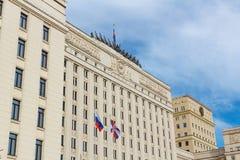 Moskou, Rusland - Maart 25, 2018: De bouw van het Ministerie van defensie van het Russische Federatieclose-up op een blauwe hemel Stock Afbeelding