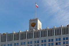 Moskou, Rusland - Maart 25, 2018: De bouw van het Russische Huis van de Federatieoverheid op een blauwe hemelachtergrond Stock Foto