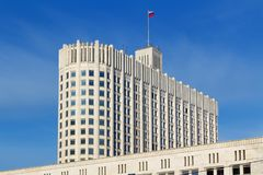 Moskou, Rusland - Maart 25, 2018: De bouw van het Russische Huis van de Federatieoverheid op een blauwe hemelachtergrond Royalty-vrije Stock Foto