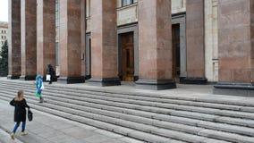 Moskou, Rusland - Maart 05 2017 De studenten gaan de Faculteit van Aardrijkskunde bij de Universiteit van de Staat van Moskou in stock videobeelden