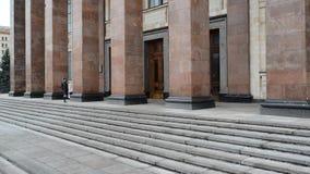 Moskou, Rusland - Maart 05 2017 De studenten gaan de Faculteit van Aardrijkskunde bij de Universiteit van de Staat van Moskou in stock video