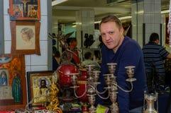 Moskou, Rusland - Maart 19, 2017: De verkoper van zeldzame pictogrammen en antiquiteiten bij een speciale markt wacht op koper-co Royalty-vrije Stock Afbeelding