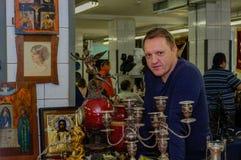 Moskou, Rusland - Maart 19, 2017: De verkoper van zeldzame pictogrammen en antiquiteiten bij een speciale markt wacht op koper-co Royalty-vrije Stock Foto's