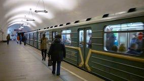 MOSKOU, RUSLAND - MAART 16, 2017: Het aankomen metro 81-717 bij metro post Novokuznetskaya in Moskou stock footage