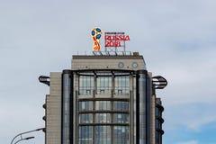 Moskou, Rusland - Maart 25, 2018: Het embleem van de Wereldbekerrusland 2018 van FIFA op een blauwe hemelachtergrond Royalty-vrije Stock Foto