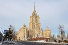Moskou, Rusland - Maart 25, 2018: Het Koninklijke Hotel van de hoteloekraïne Radisson tegen blauwe hemel in de lenteochtend Stock Fotografie