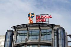 Moskou, Rusland - Maart 25, 2018: Het officiële embleem van de Wereldbeker Rusland 2018 van FIFA zette op het dak van de moderne  Royalty-vrije Stock Afbeeldingen