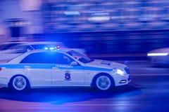 MOSKOU, RUSLAND - MAART 12, 2018: Het onscherpe silhouet van de verzendende politiewagendps verkeerspolitie met opvlammende licht Stock Afbeeldingen