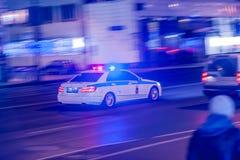MOSKOU, RUSLAND - MAART 12, 2018: Het onscherpe silhouet van de verzendende politiewagendps verkeerspolitie met opvlammende licht Stock Foto's