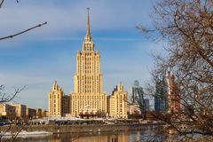 Moskou, Rusland - Maart 25, 2018: Hotel de Oekraïne op een blauwe hemelachtergrond in de lenteochtend Stock Afbeeldingen
