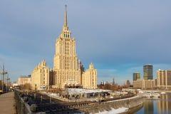 Moskou, Rusland - Maart 25, 2018: Hotel de Oekraïne op een blauwe hemelachtergrond in de lenteochtend Stock Fotografie