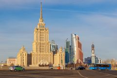 Moskou, Rusland - Maart 25, 2018: Hotel de Oekraïne van het Radisson het Koninklijke Hotel tegen blauwe hemel Royalty-vrije Stock Fotografie