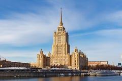 Moskou, Rusland - Maart 25, 2018: Hotel de Oekraïne van het Radisson het Koninklijke Hotel tegen blauwe hemel Royalty-vrije Stock Afbeeldingen