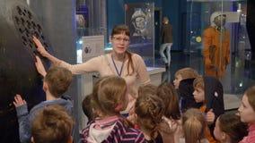 Moskou, Rusland - Maart 21, 2019: kinderen het luisteren verhaal van gids tijdens schoolexcursie in ruimtemuseum Vrouwendeskundig stock video