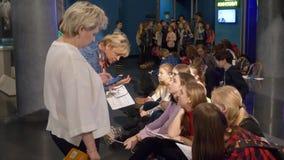 Moskou, Rusland - Maart 21, 2019: kinderen het luisteren verhaal van gids tijdens schoolexcursie in ruimtemuseum Vrouwendeskundig stock footage