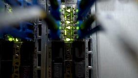 MOSKOU, RUSLAND - Maart 26: Moderne netwerkschakelaar met kabels Opvlammende serverlamp, schakelaar, router Scheidt computer in e stock videobeelden