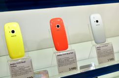 Moskou, Rusland - Maart 17 2018 Nokia-telefoons in venster in winkelhandel binnen royalty-vrije stock foto's