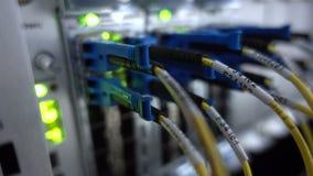 MOSKOU, RUSLAND - Maart 23: Optische server commutator Opvlammende lichten Optische vezel Scheidt computer in een rek bij de grot stock video