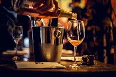 Moskou, 30 Rusland-Maart, 2019: wijn die proeven: Een glas roze champagne wordt gegoten stock afbeeldingen
