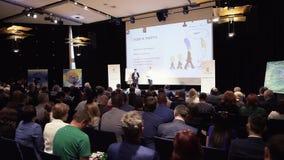 MOSKOU, RUSLAND - mag, 2018: Handelsconferentie over blockchaintechnologie voorraad Bedrijfs en onderwijsconcept stock videobeelden