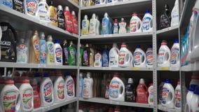 Moskou, Rusland - mag, 2017: Kleur op een rij plastic flessen klem Pakhuis van detergentia bij de fabriek Stock Fotografie