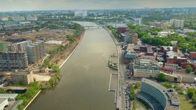 MOSKOU, RUSLAND - MEI, 24, 2017 Antenne van moderne de bouwwerf en de rivierdijken wordt geschoten die van flatgebouwenzilart Stock Foto's