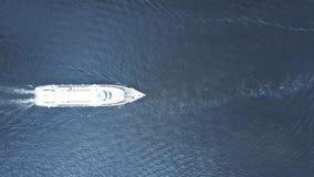 MOSKOU, RUSLAND - MEI, 24, 2017 Antenne van Radisson-reisboot wordt geschoten op de rivier van Moskou, top down mening die Stock Fotografie
