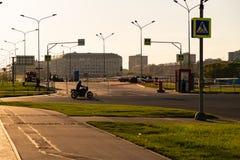 MOSKOU, RUSLAND - Mei 23, 2018: Barrière en veiligheidsagent op de weg aan het Spartak-stadion Stock Foto