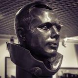 MOSKOU, RUSLAND - MEI 31, 2016: Beroemd het brons hoofdstandbeeld van kosmonautGagarin in ruimtemuseum stock afbeelding