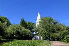Moskou, Rusland - Mei 11, 2018: De Kerk van de Beklimming van Lord in de Kolomenskoye-museum-Reserve Het Weergeven van embankmen royalty-vrije stock foto's