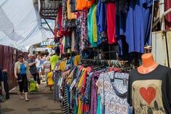Moskou, Rusland - Mei 28 2016 De kledingsmarkt van de straathandel in Zelenograd Royalty-vrije Stock Foto's