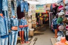 Moskou, Rusland - Mei 28 2016 De kledingsmarkt van de straathandel in Zelenograd Stock Afbeeldingen
