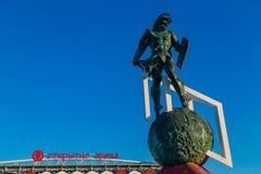MOSKOU, RUSLAND - Mei 23, 2018: de mascottemonument van de 25 metergladiator dichtbij ingang van Spartak-stadion die gastherengel Royalty-vrije Stock Afbeelding